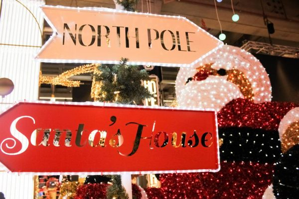 A funny roadsign to address your Santa's grotto! With laser-cutted writings and a traditional tinsel garland that fits any project